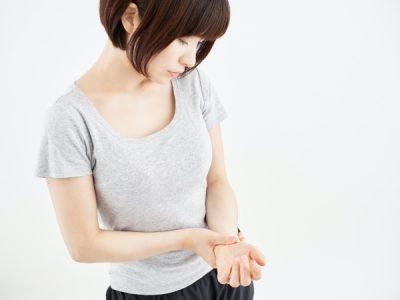 両手のむくみと痺れを感じ動かすと痛み、激痛の時もある